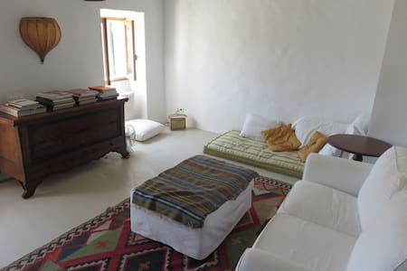 Charming, authentic, artistic , village house - Casa