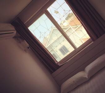 独立别墅 空气清晰明亮舒适大床房内有 独立卫生间 空调 电视 wifi - 大连市 - Villa