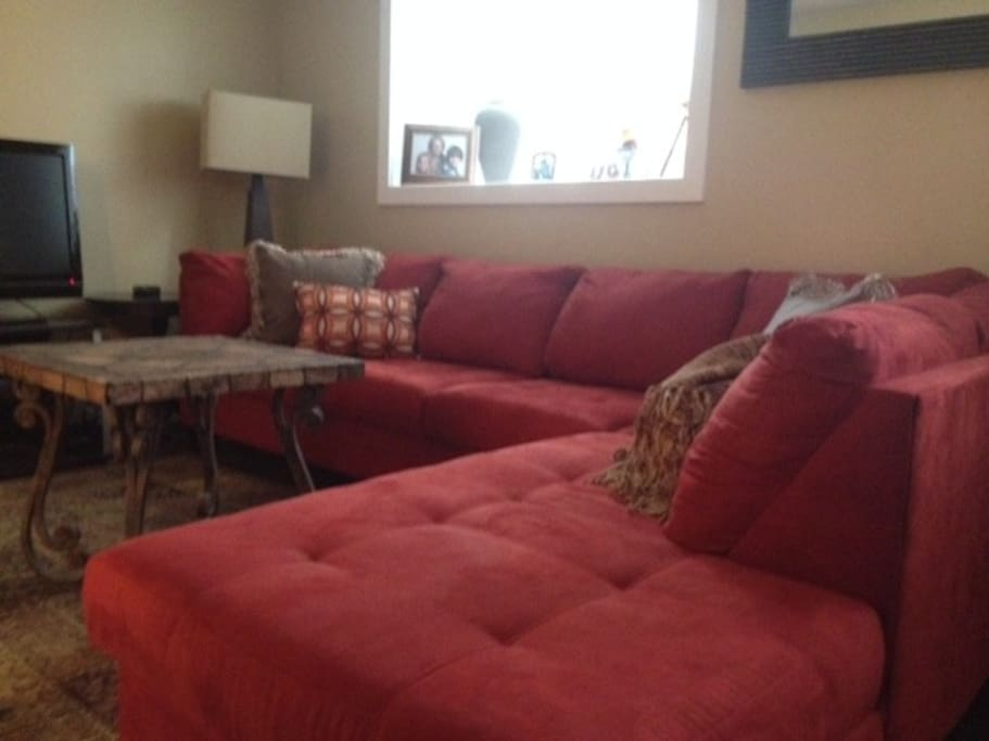 Spacious Family Room w/ Wi-Fi and DirectTV