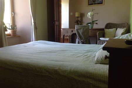 Belle chambre dans demeure ancienne - Helleville
