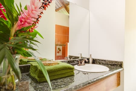 Beautiful guest rooms with porch - Benque Viejo Del Carmen - Bed & Breakfast