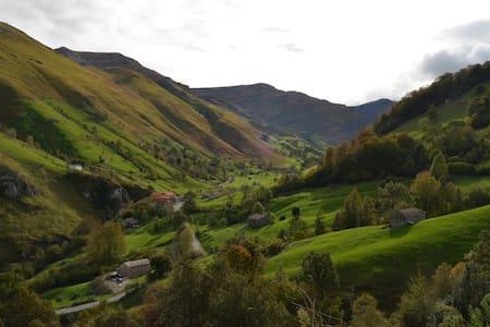 """Cabaña """"El Cerro"""" vistas al valle del Río Miera - Cabin"""