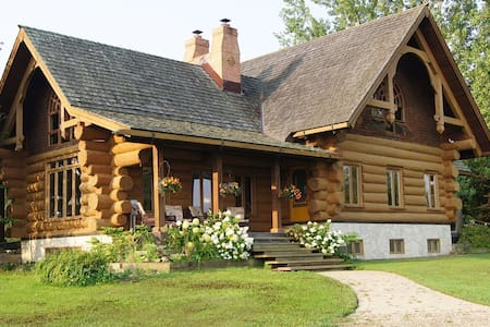 """Handcrafted Log Home    """"Windover"""" - Creemore - House"""