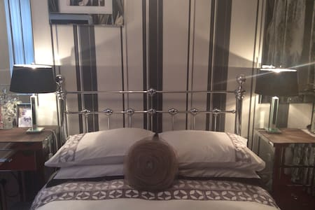 Bright Comfy Bedroom in Bloomsbury