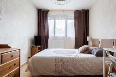 B&B 2at180 days master bedroom with télévision. D - Échirolles