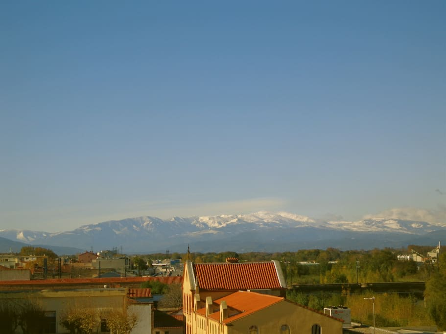 View on the Pyrénées mountains from the bedroom and kitchen