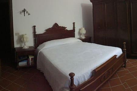 Camera matrimoniale d altri tempi in villa - Gazzelli - Villa