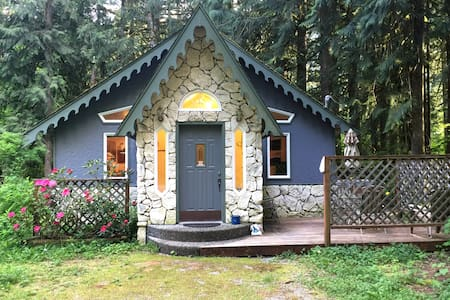 #60 - Enchanted Cottage, Pets ok - Glacier