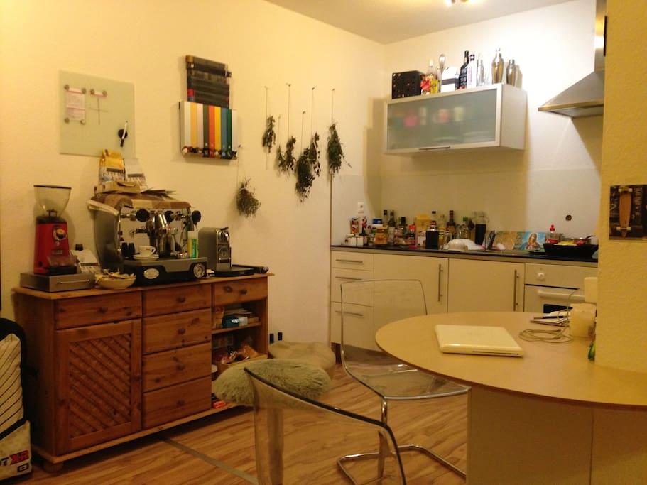 Küche, Kaffeemaschine und Sitzecke - Kitchen and kitchen table