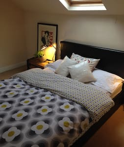 Cosy private attic room & ensuite - Rumah
