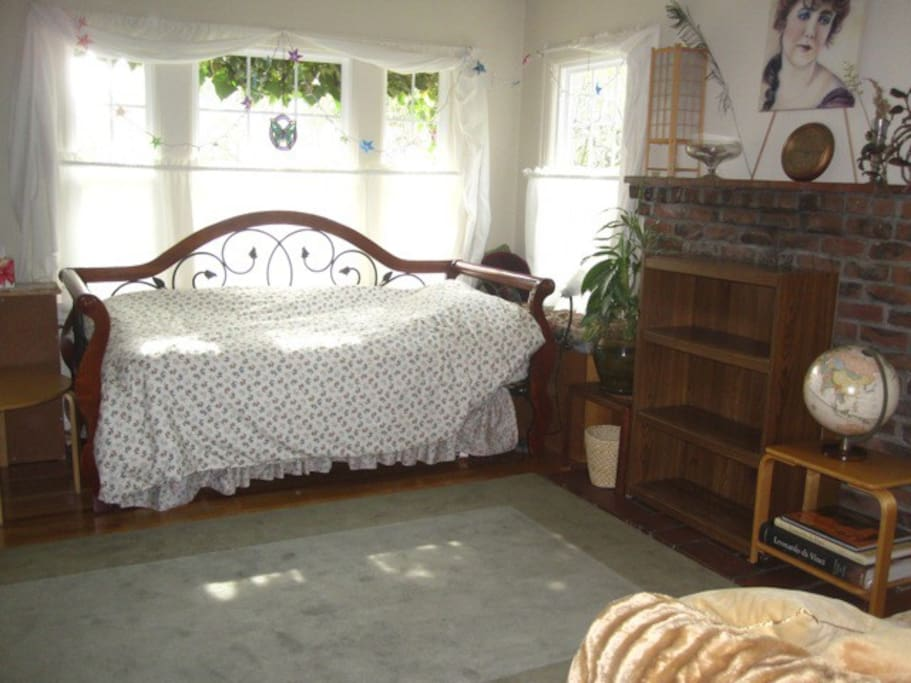 DayBed & Shelf of guest room