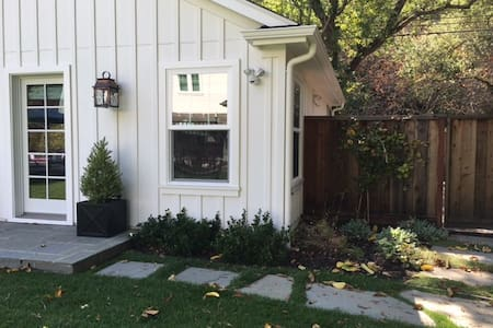 Newly Built Cottage - quiet setting, near downtown - Guesthouse