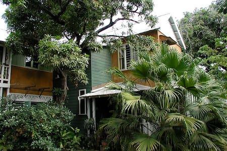 Charming, tropical garden oasis - Leilighet
