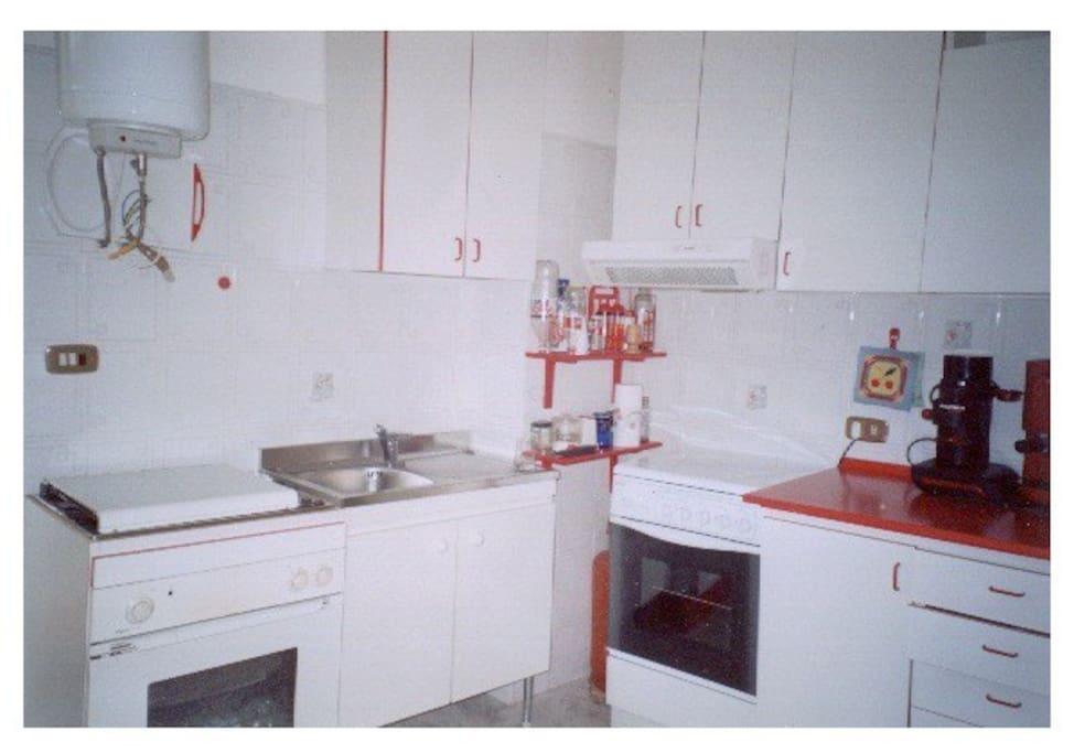 Cucina arredata, completa di forno elettrico, 4 fuochi, frigorifero, tavolo per 4 persone.