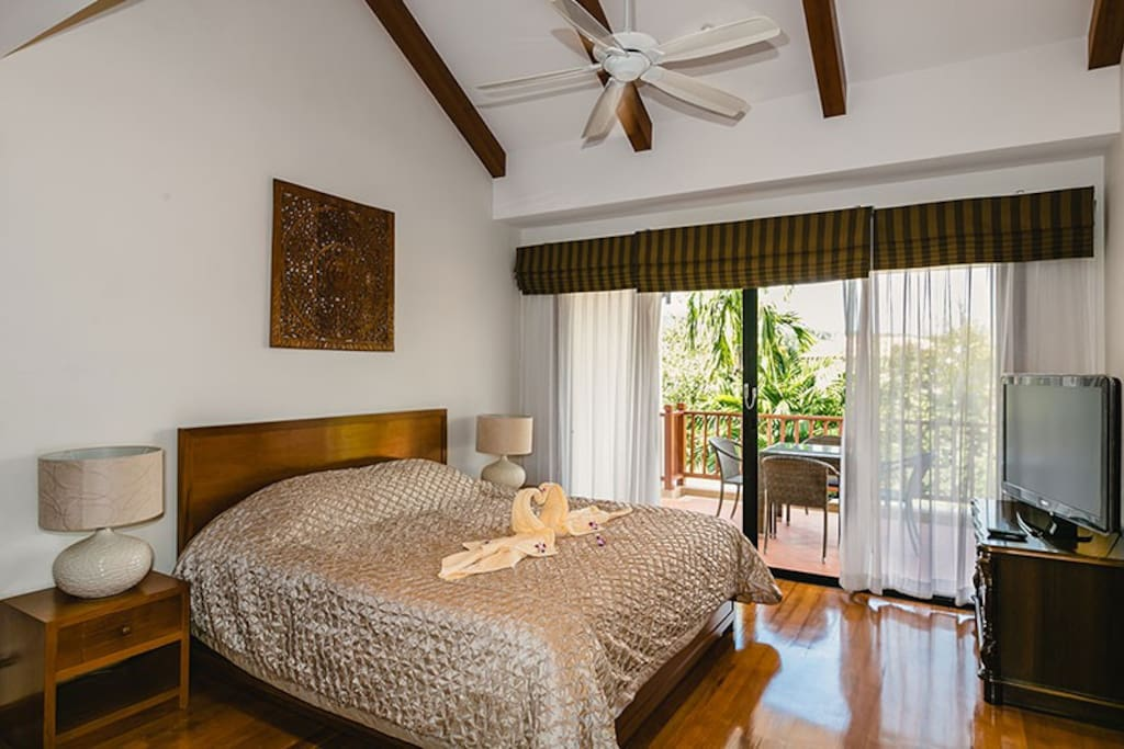 Masterbedroom with balcony and laguna view