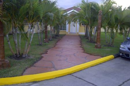 Villa Palma Real - Beach Resort - La Ceiba