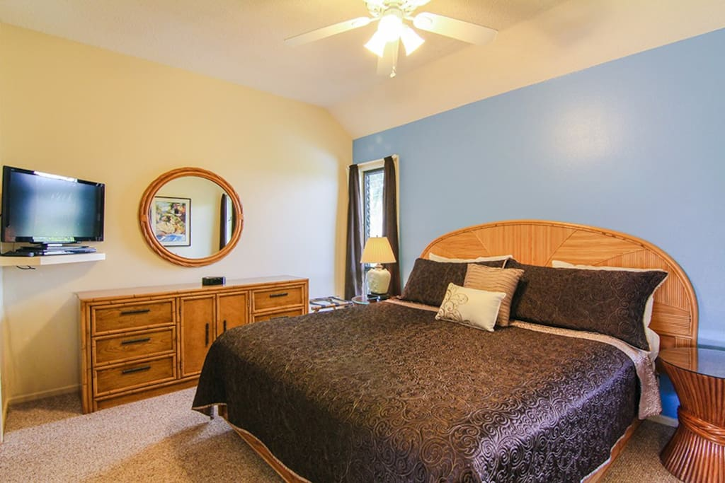 The master bedroom features a very comfortable king size bed, Hi Def flat screen TV, Blue ray DVD player and desk