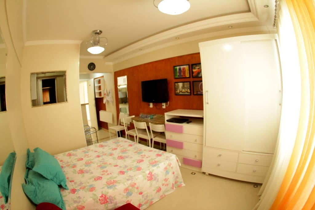 TV, cama de casal, área de serviço.
