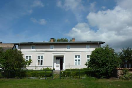 Dachwohnung mit Garten & Seezugang - Apartment