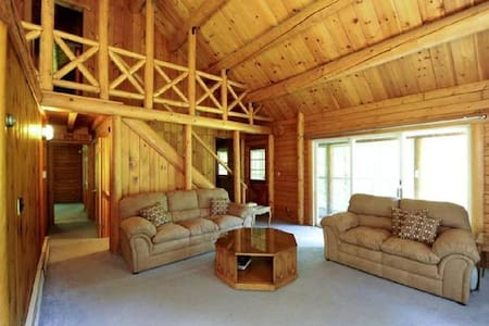 Charming spacious log cabin w/pond - Huis