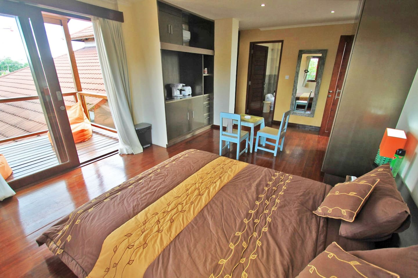 Overview of the studio with the bathroom on the back