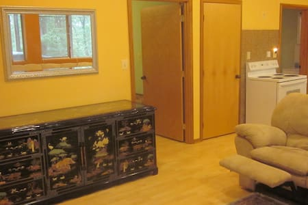 Bright, spacious apartment in woods/lakeview, wifi - Apartamento