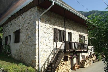 Chambre double dans maison typique - Saint-Jean-d'Arvey - Bed & Breakfast
