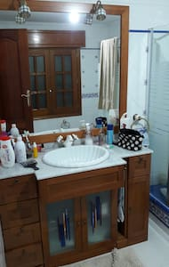 Cama matrimonio, baño y garaje - House