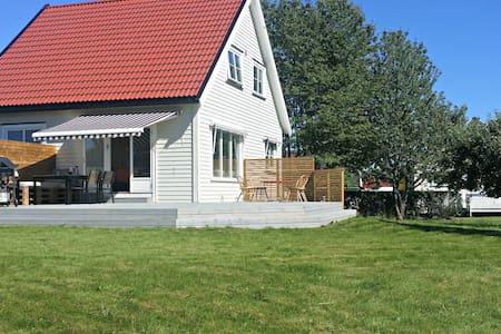 Flott hus&stor hage / Entire house&big backyard - House