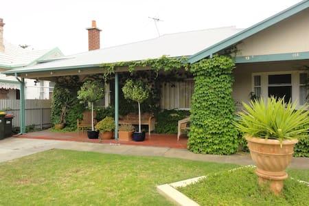Applebee Cottage - House