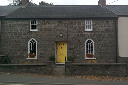 Narberth, Pembs. Double bed in character cottage - Narberth - Bed & Breakfast