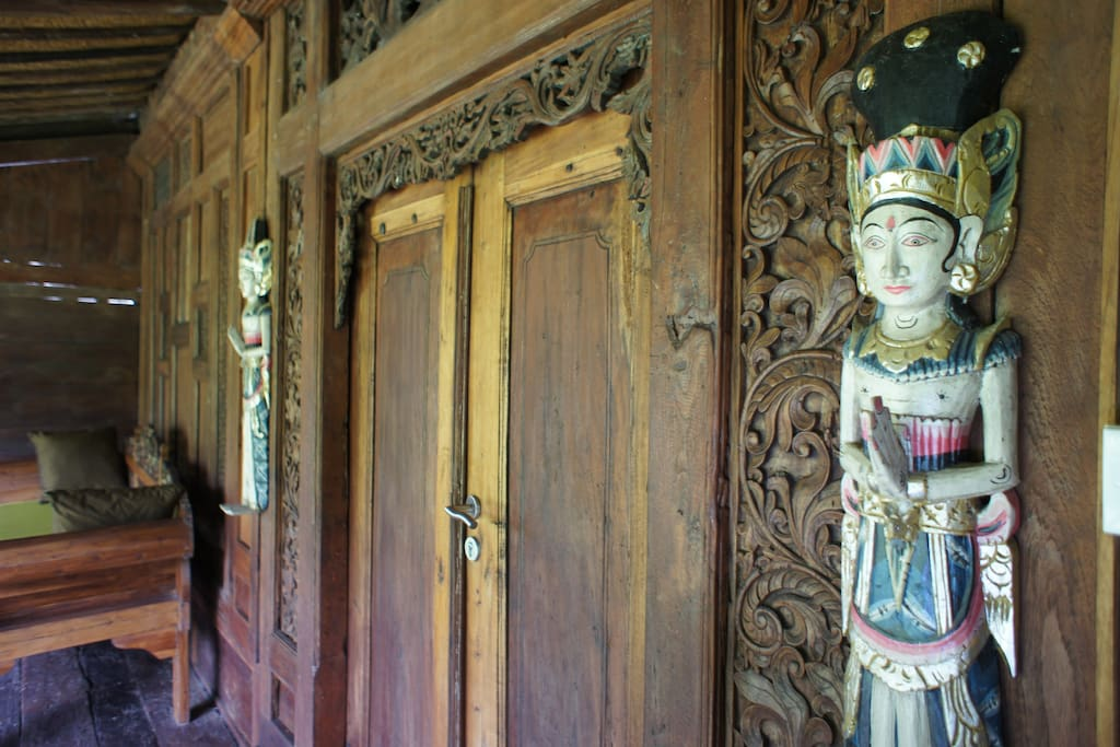 The entrance of the gladak. Beautiful carvings.