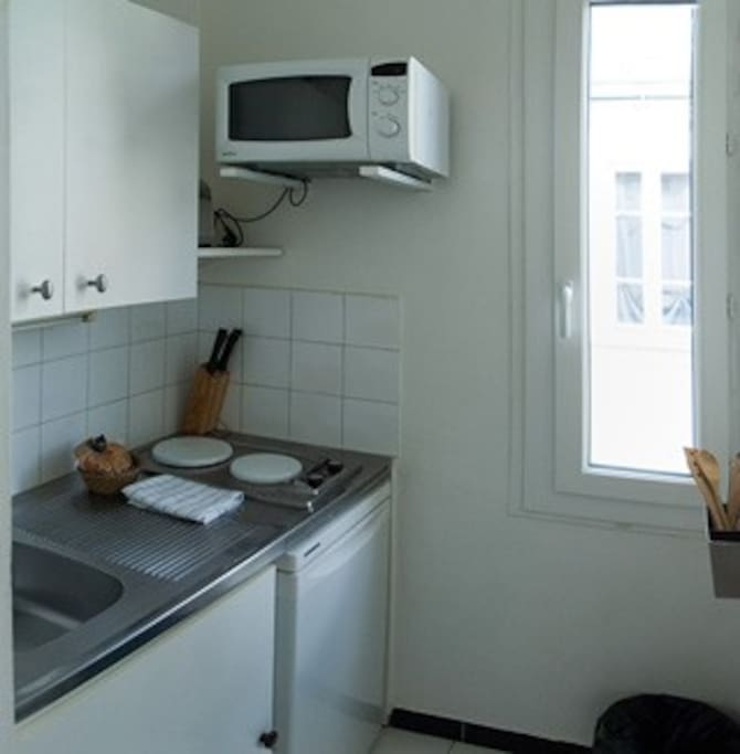 Fully compact equipped kitchen, with a window
