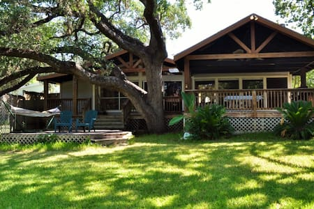 Waterfront 3BR Inks Lake House - Hus