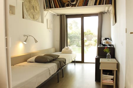 STAY IN ARTIST STUDIO NEXT TO SEA - House