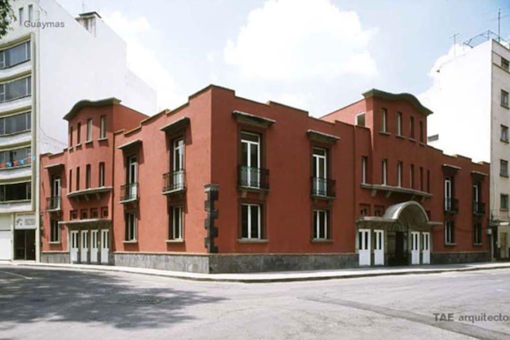 The house of artists. Colonia Roma flair outside, modern architecture inside. La casa de los artistas: Ambiente de la Colonia Roma por fuera - moderno por dentro;