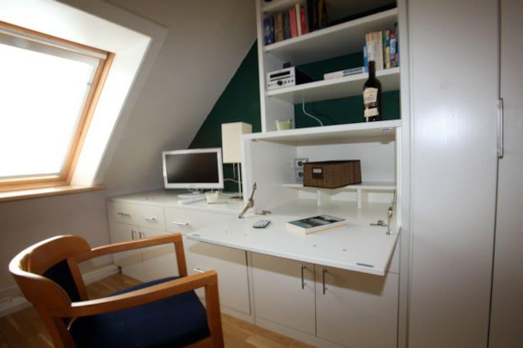 Arbeitsbereich im WohnSchlafzimmer, TV, HiFi, W-LAN, etc...