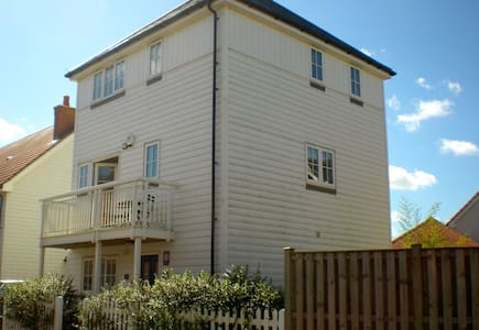 3 bedroom home with playroom and garden - Huis