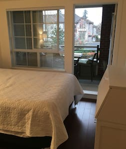 Full master bedroom/bath in private loft - Surrey - Loft