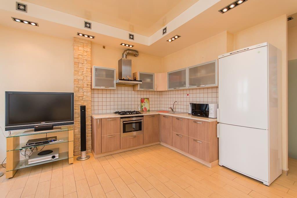 Здесь вас встретит просторная квартира с большой кухней-гостевой и 2-мя отдельными спальными комнатами