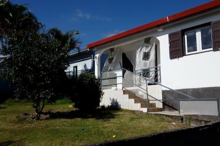Maison avec jardin avec vue sur mer et montagne - Ház
