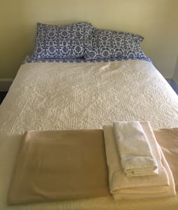 Room with a cozy bed to sleep in! - Long Branch - Σπίτι