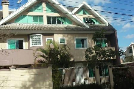 Excelente casa / sobrado ampla em bairro nobre - Curitiba - Casa