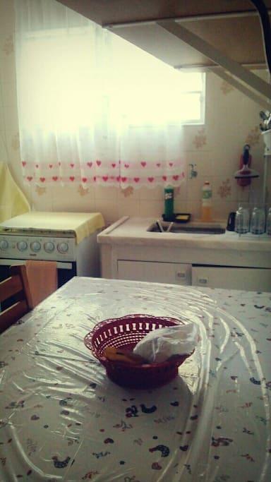 Cozinha equipada com utensílios básicos.