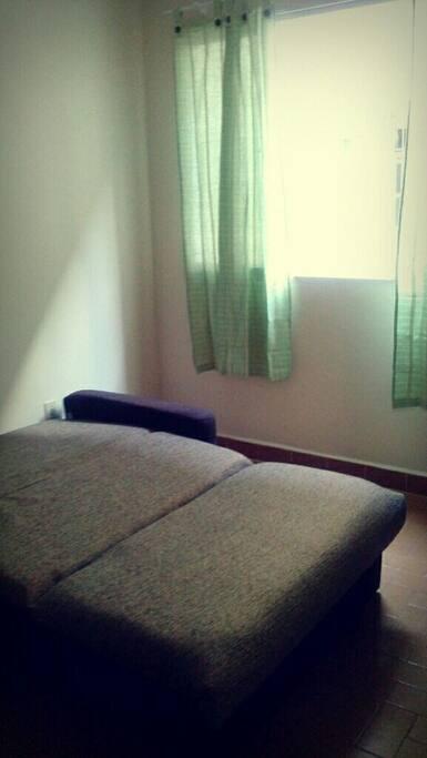 Sofá cama na sala acomoda mais duas pessoas se necessário.