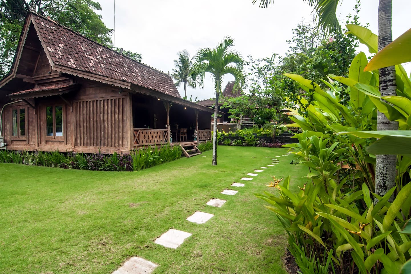 The gladak is located in the middle of huge tropical garden (total area 1600m2)