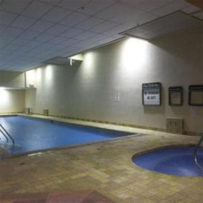 indoor heated pool and hot tub, plus sauna, steam room, weight room, arcade and racquet ball court - Seasonal - Thanksgiving through April