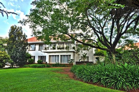 Lush, green gardens, spacious rooms - Randburg - Bed & Breakfast