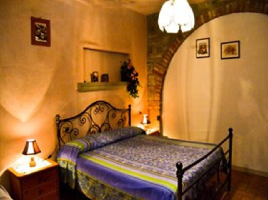camera da letto a piano terra.