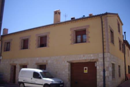 TOWN HOUSE FOR RENT AND APARTMENT - Castillejo de Mesleón
